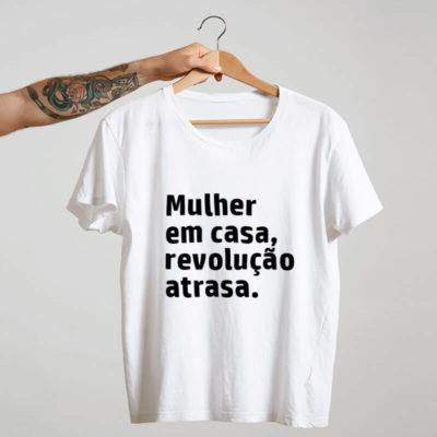 Camiseta-Branca-Mulher-em-casa,-revolução-atrasa