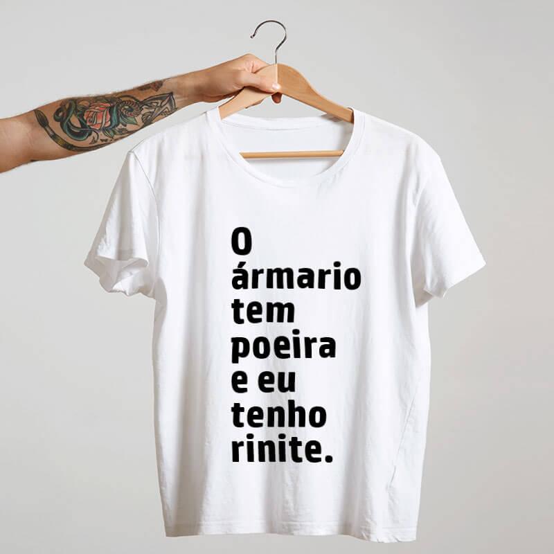 Camiseta-branca-O-armario-tem-poeira-e-eu-tenho-rinite