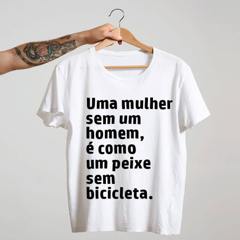 Camiseta-branca-Uma-mulher-sem-um-homem-é-como-um-peixe-sem-bicicleta