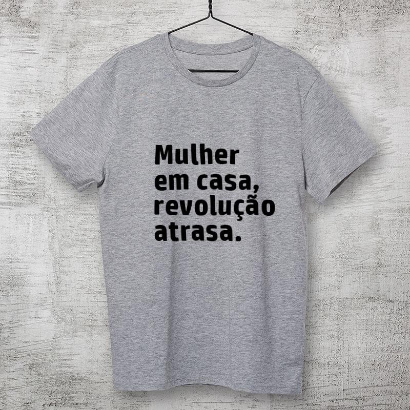 Camiseta-cinza-Mulher-em-casa,-revolução-atrasa