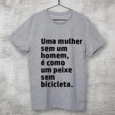 Camiseta Cinza-Uma-mulher-sem-um-homem-é-como-um-peixe-sem-bicicleta