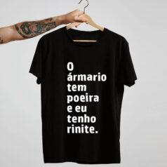 Camiseta-preta-O-armario-tem-poeira-e-eu-tenho-rinite