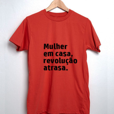 Camiseta-Vermelha-Mulher-em-casa,-revolução-atrasa