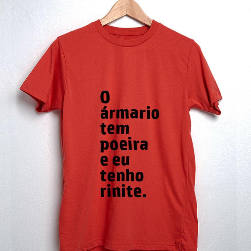 Camiseta-vermelha-O-armario-tem-poeira-e-eu-tenho-rinite