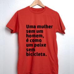 Camiseta-vermelha-Uma-mulher-sem-um-homem-é-como-um-peixe-sem-bicicleta