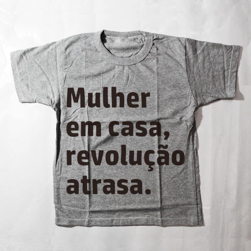 camiseta infantil - Mulher em casa revolução atrasa - cinza