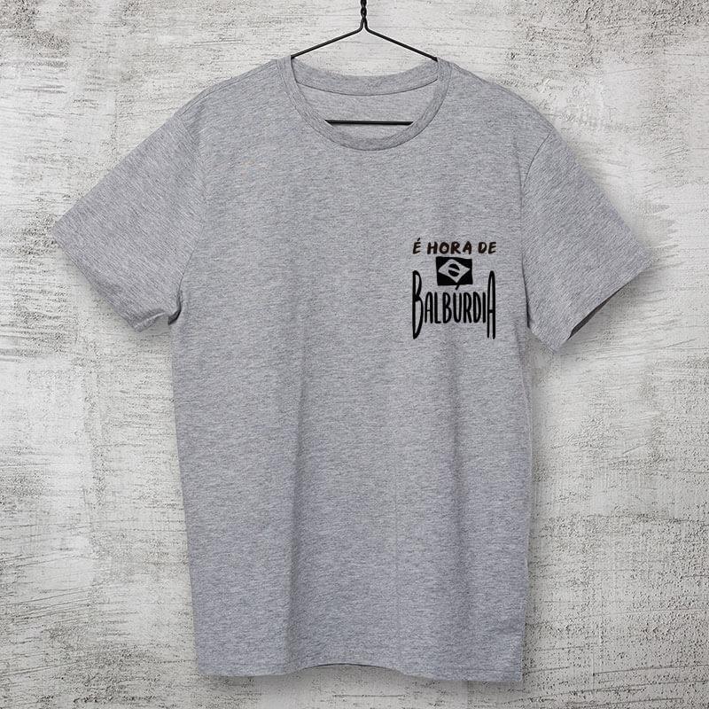 camiseta com escudo cinza clara básica de algodão É hora de balburdia