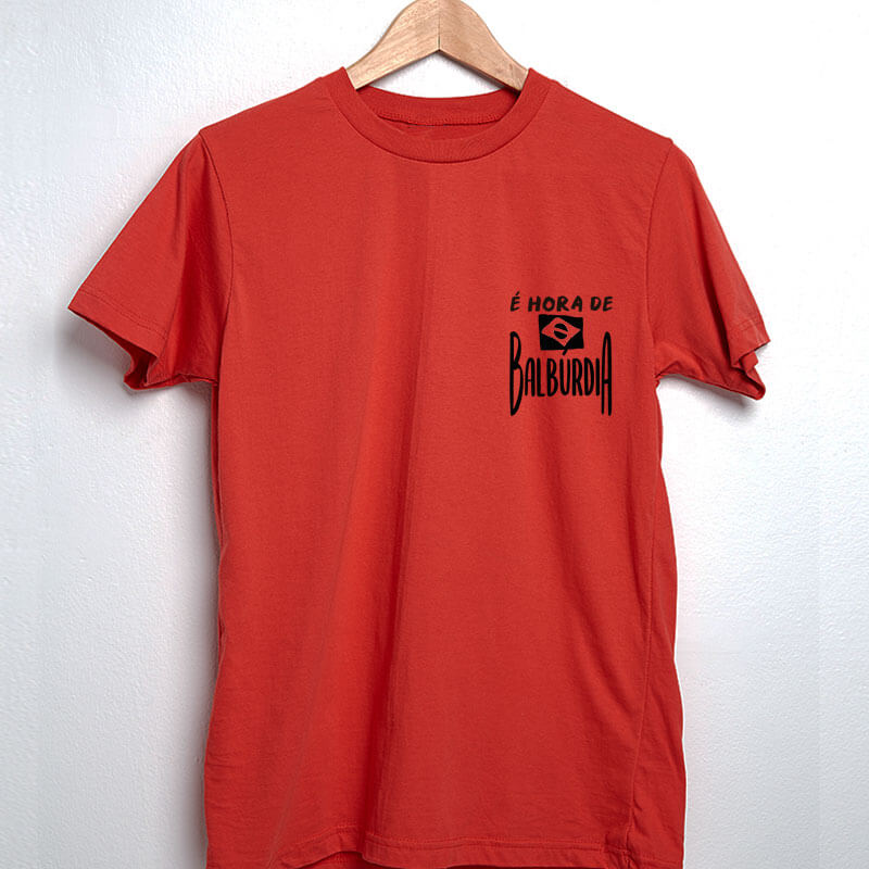 camiseta com escudo vermelha básica de algodão É hora de balburdia