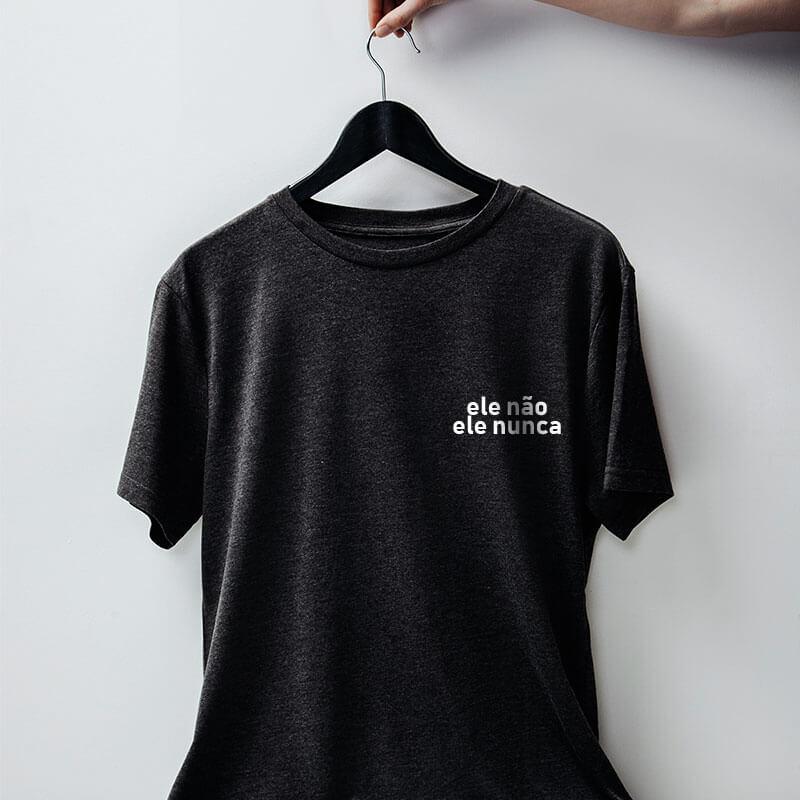 camiseta com escudo chumbo básica de algodão #elenao