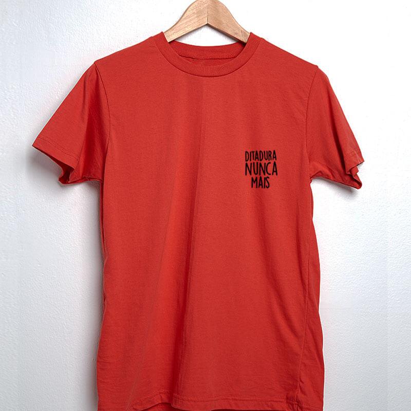 camiseta com escudo vermelha básica de algodão Ditadura nunca mais