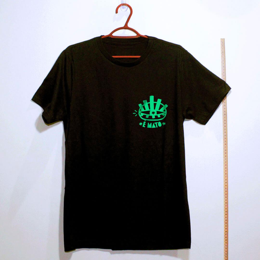 camiseta- preta de algodão-emblema-cannabis